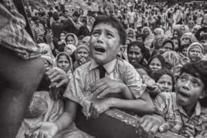 Birmese Rohingya-kinderen smeken om voedsel in een vluchtelingenkamp in Pakistan.
